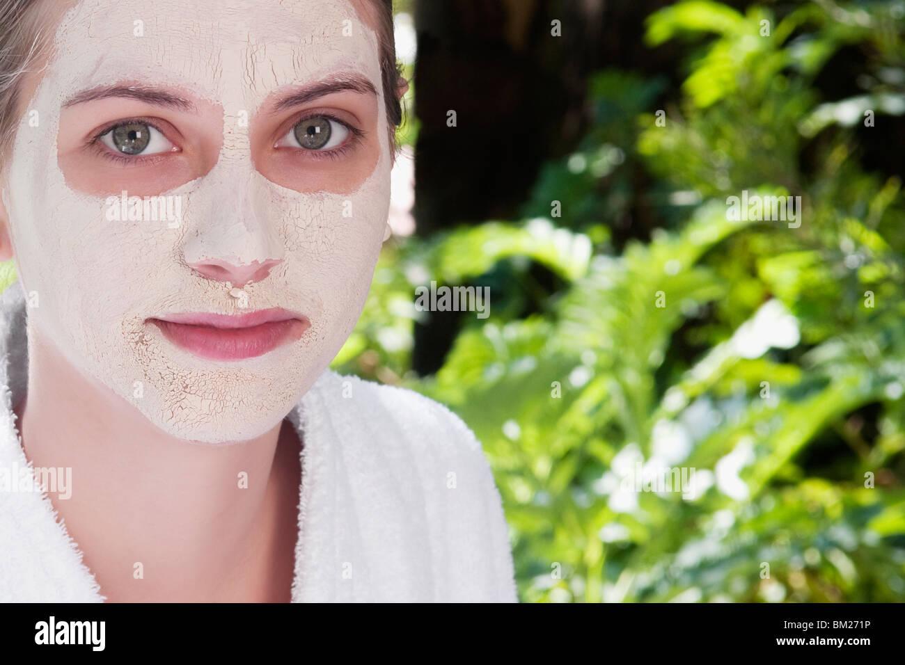 Mujer con máscara facial en su cara Imagen De Stock