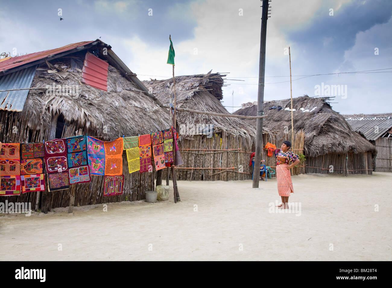 Molas de colgar a la venta fuera de casas de techos de paja, Isla Tigre, las Islas de San Blas, la Comarca de Kuna Foto de stock