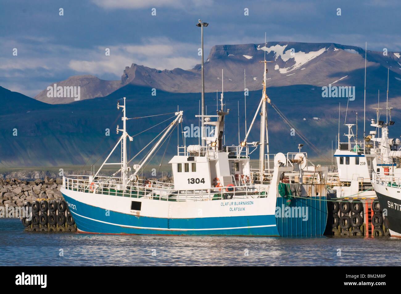 Pesca de arrastre acostado en el varadero de Olavsvik, oeste de Islandia, las regiones polares Foto de stock