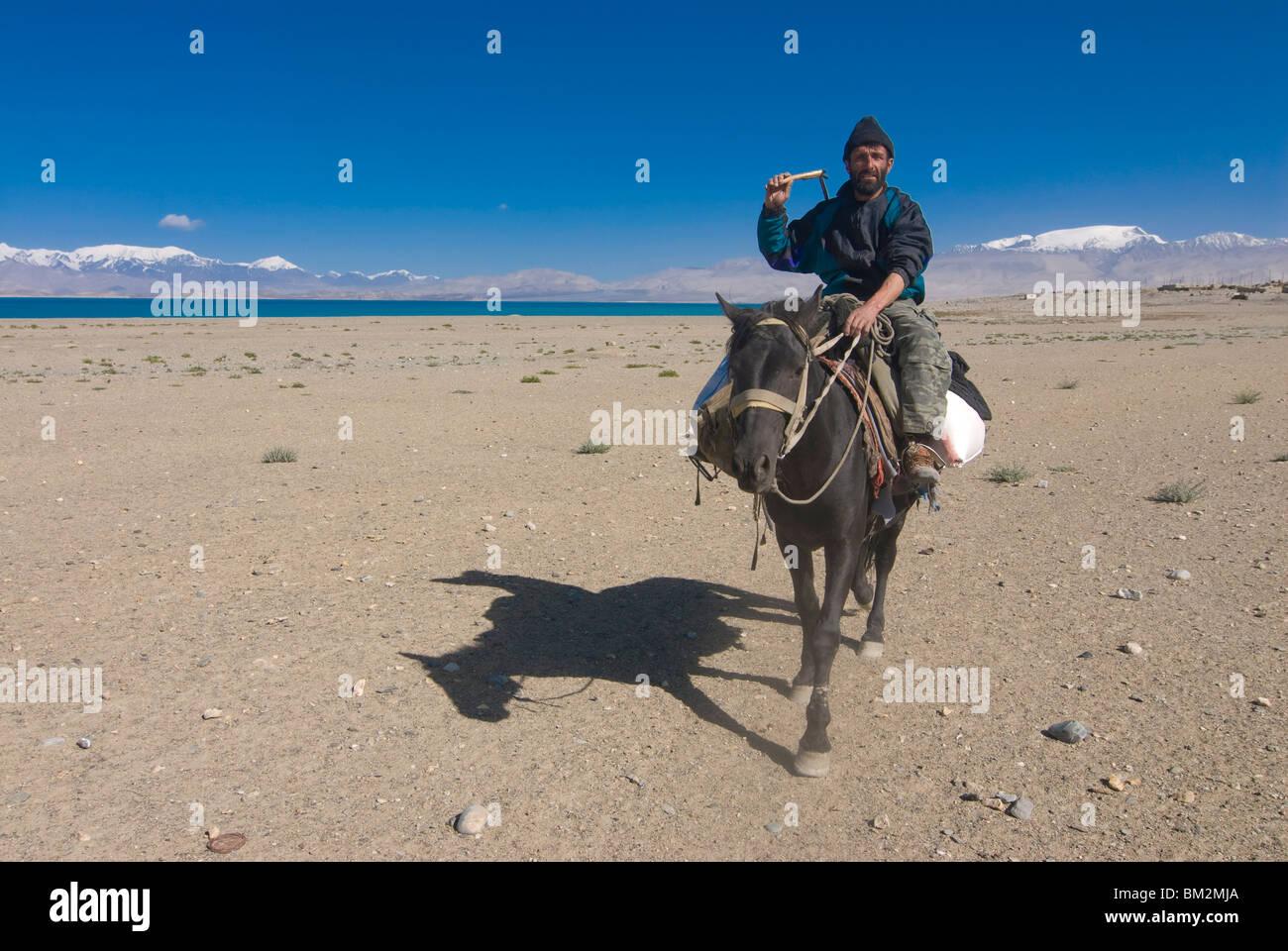 Montando a caballo en el lago Karakul, Karakul, Tayikistán Imagen De Stock