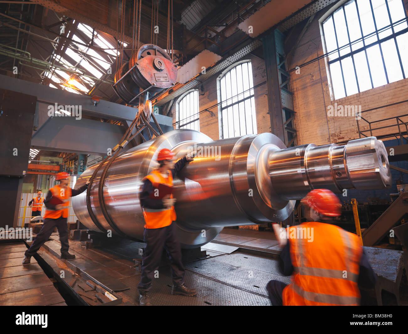 Ingenieros con productos acabados de acero Imagen De Stock