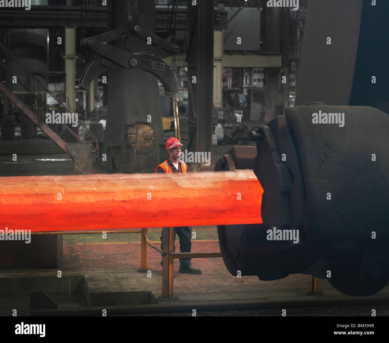 Trabajador con forja de acero Imagen De Stock