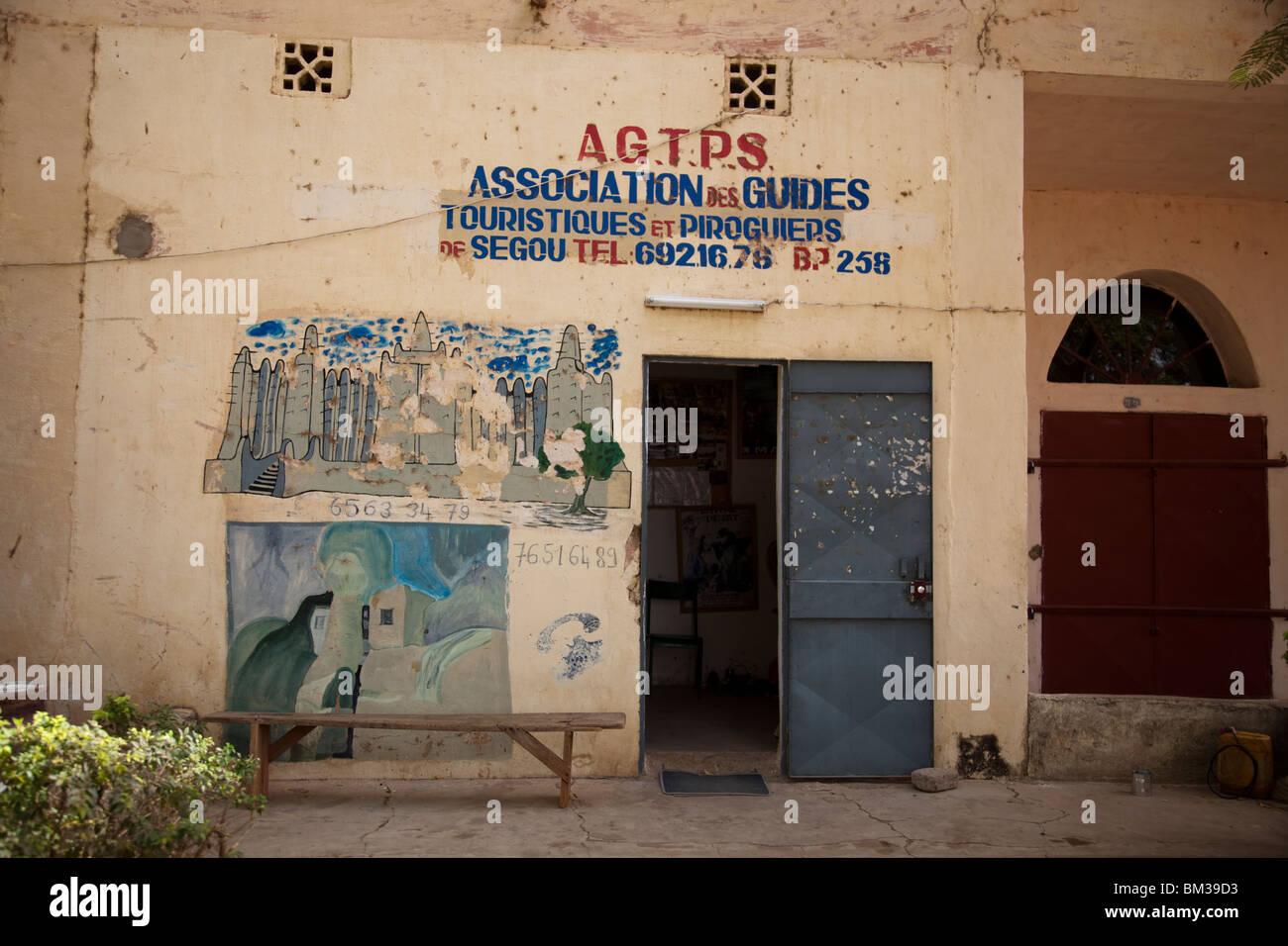 La Asociación de Guías Turísticos y piragüistas ofrece tours de la alfarería de aldea Kalabougou Imagen De Stock