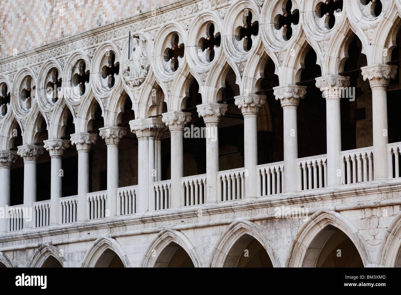 Venecia - Palacio Ducal - Palazzo Ducale - mostrando de cerca de arquitectura gótica Imagen De Stock