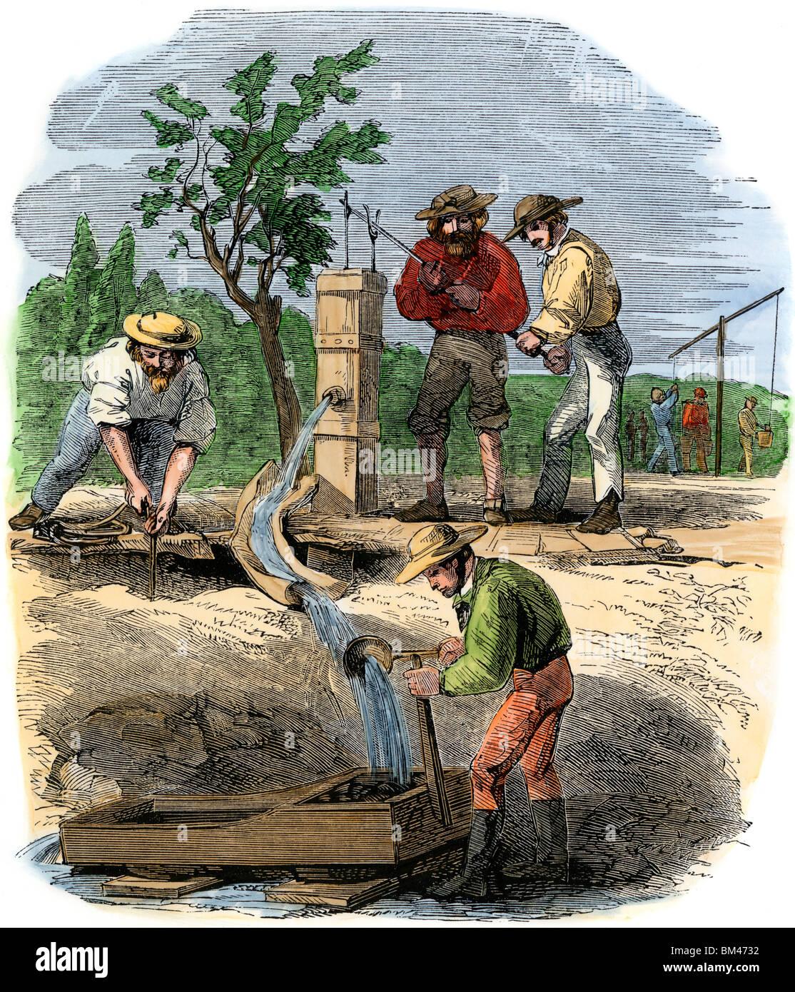 Los buscadores de oro en Australia trabajando en un lecho del río reclamo sobre el turón, 1850. Xilografía Imagen De Stock