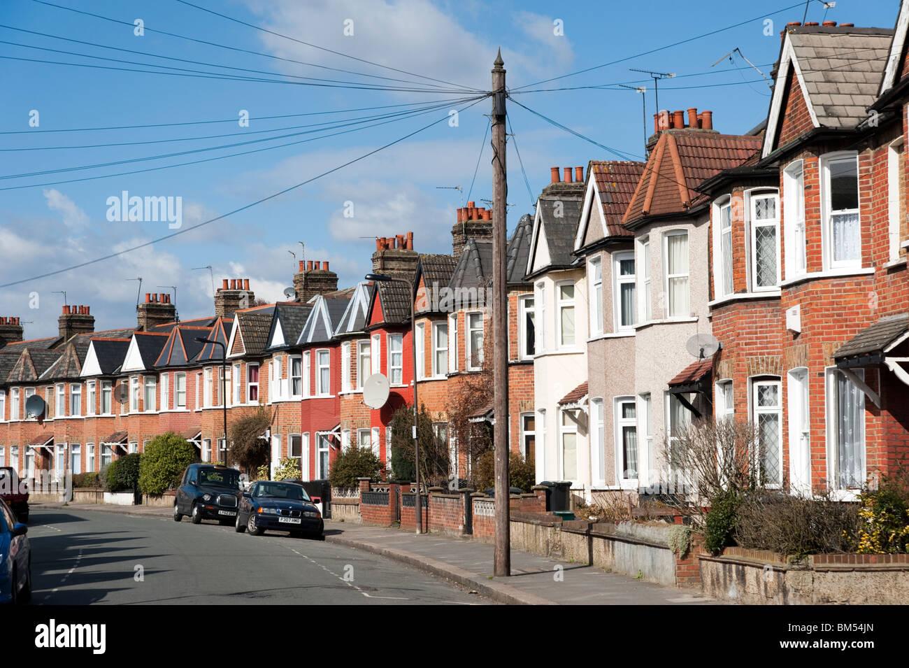Hilera de casas adosadas en calle residencial, Londres, Inglaterra, Reino Unido. Imagen De Stock