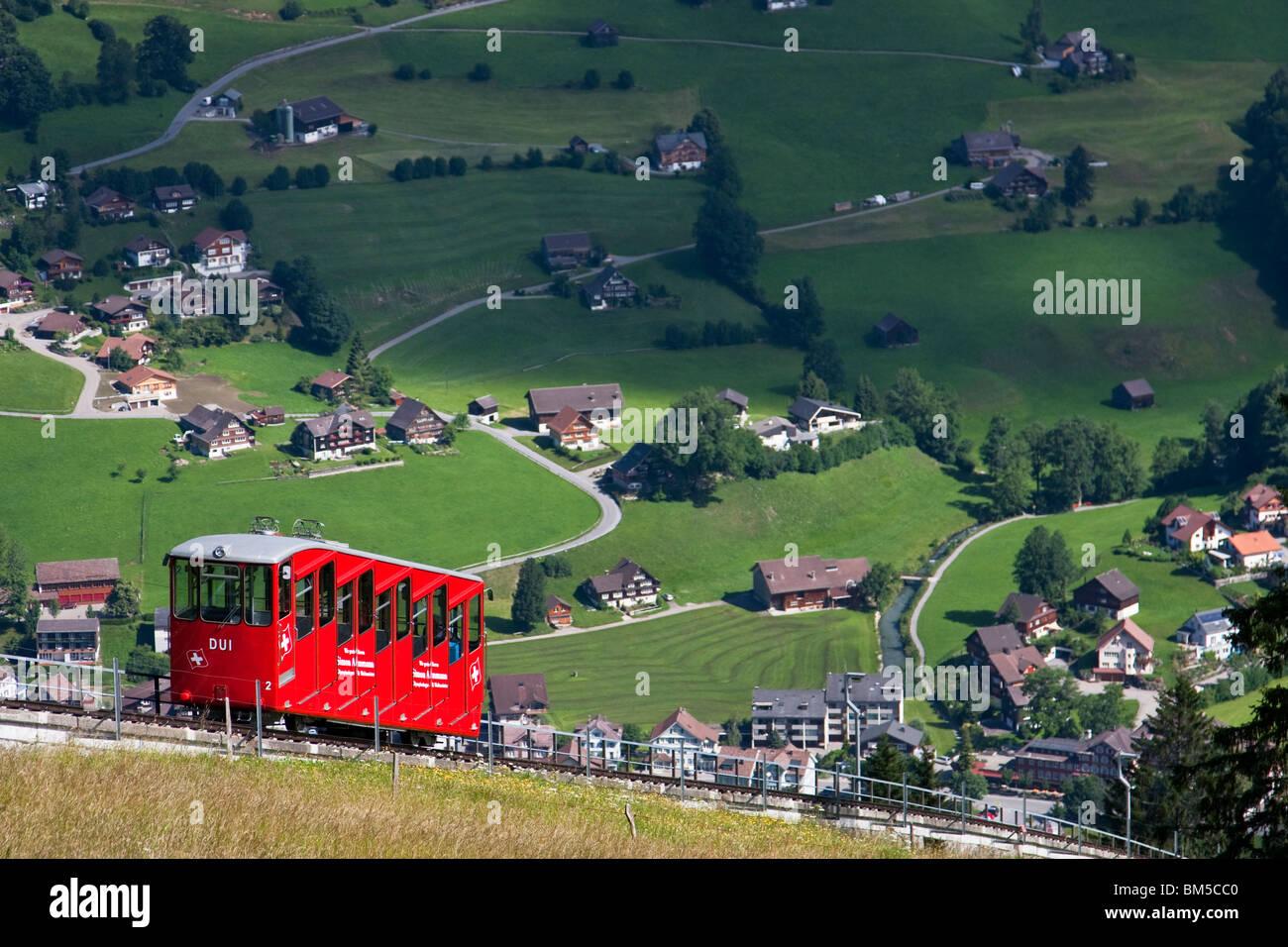 Funicular rojo venida a Unterwasser, Toggenburg, Suiza Foto de stock