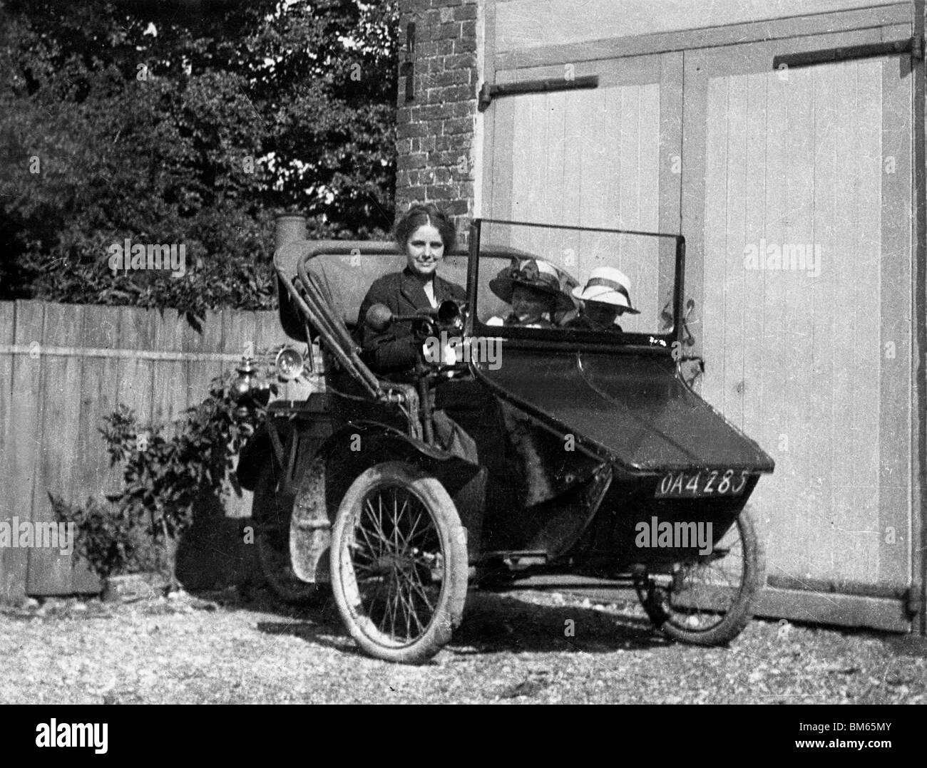1914 AC Sociable 3 wheeler con Lady conductor y dos pasajeros infantil Imagen De Stock