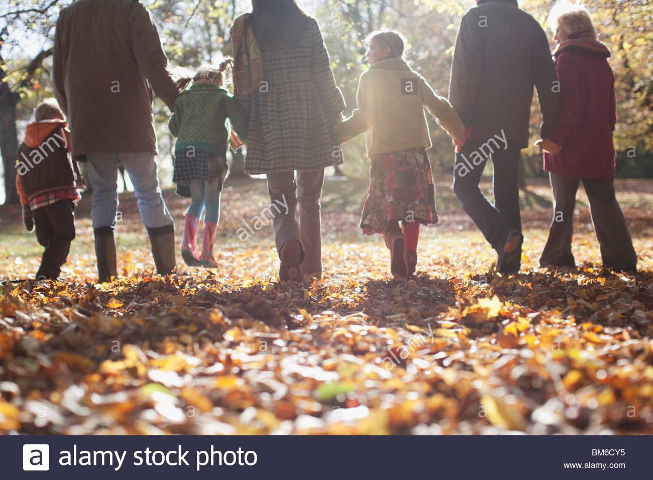 Las manos de la familia extendida y caminar al aire libre Foto de stock