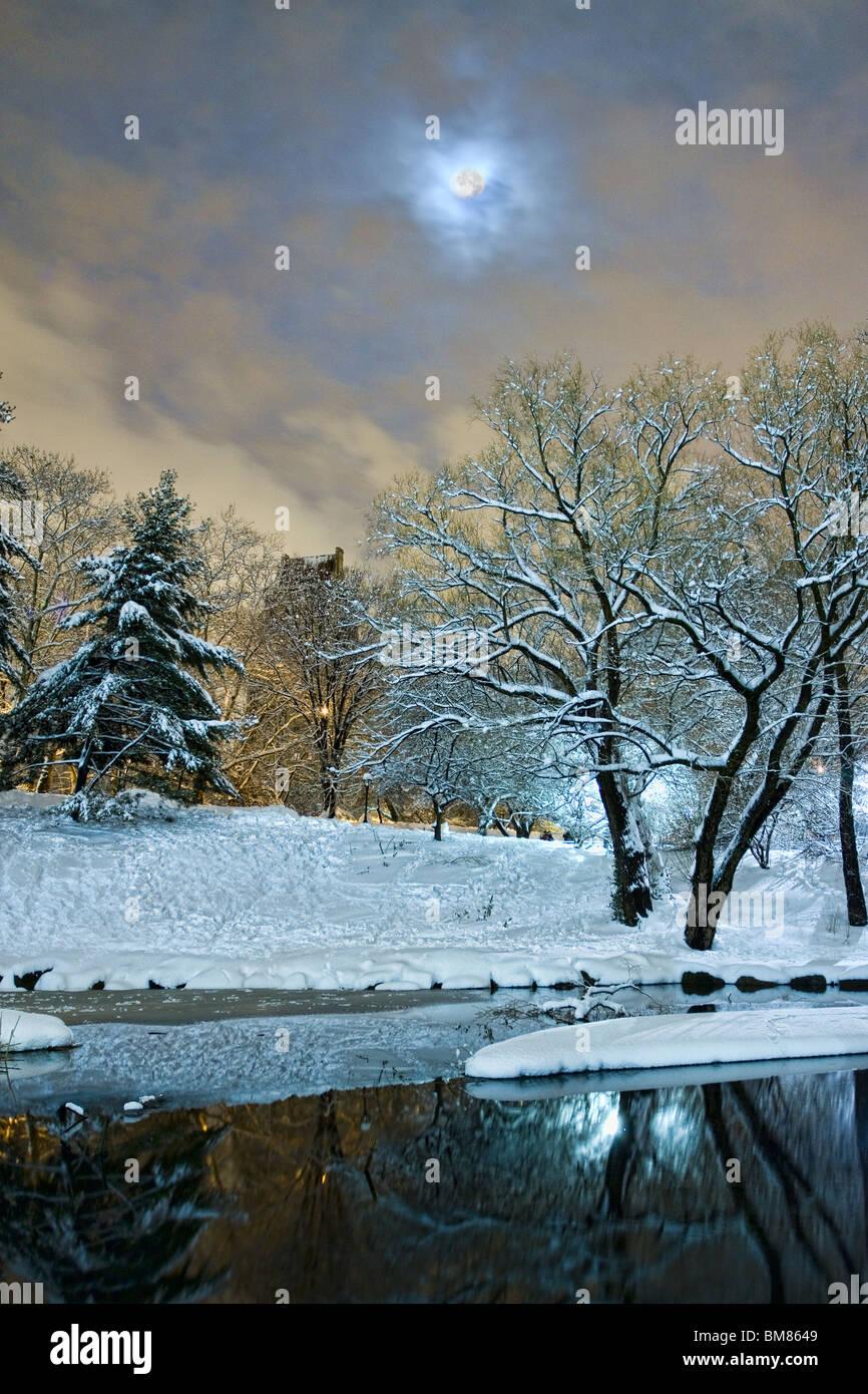 Luna llena sobre el estanque en el extremo sur de la ciudad de Nueva York Central Park en la noche después de una Foto de stock