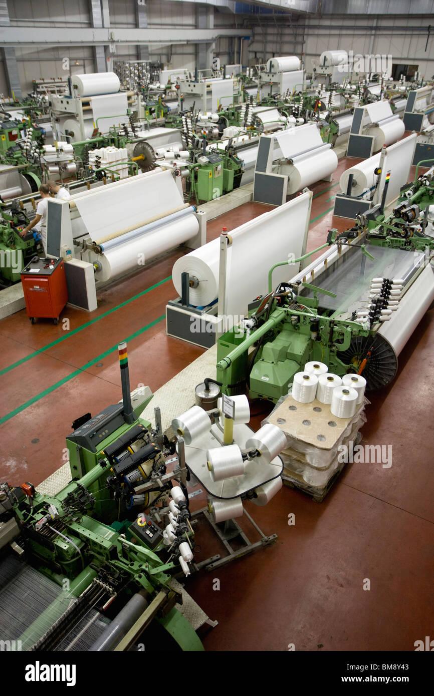 De tejeduría, vista general de fábrica con telares Imagen De Stock