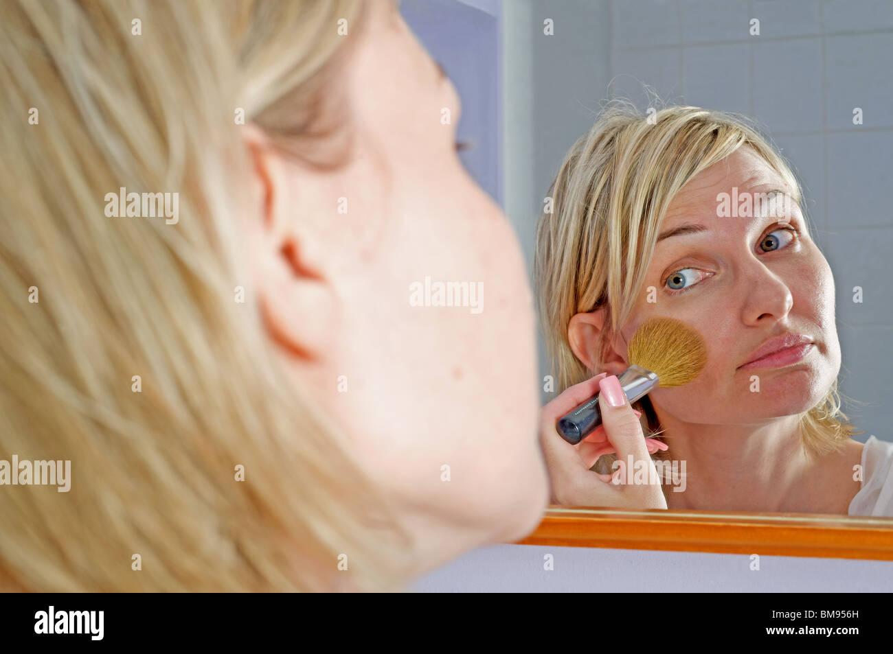 Fundación Mujer aplicar maquillaje con brocha para polvo Imagen De Stock
