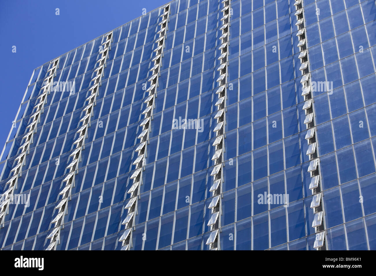 Filas de ventanas abiertas en Manitoba Hydro Building, Winnipeg, Manitoba, Canadá Imagen De Stock