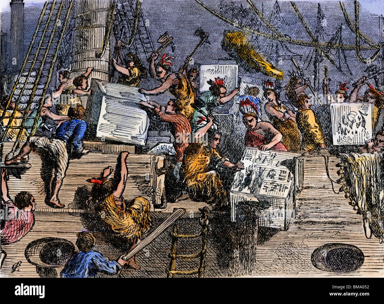 Los colonos arrojaron cajas de té por la borda durante el Boston Tea Party, 1773. Xilografía coloreada Imagen De Stock