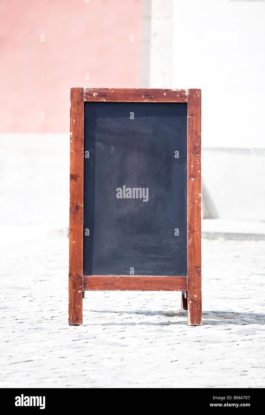 Pizarra con marco de madera en las calles de la ciudad Foto & Imagen ...