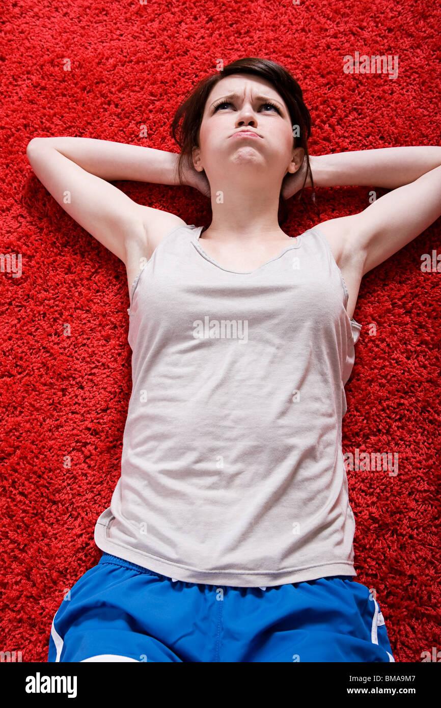 Mujer joven haciendo Sit-ups Imagen De Stock