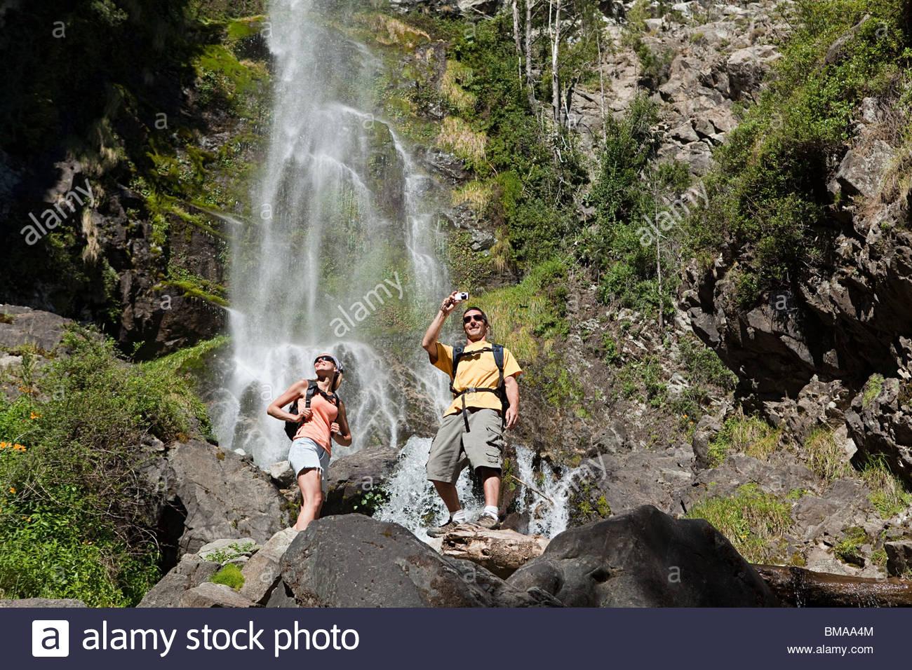 Par tomar fotos por cascada Imagen De Stock