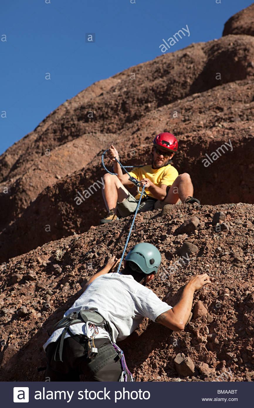 Dos hombres escalada Imagen De Stock