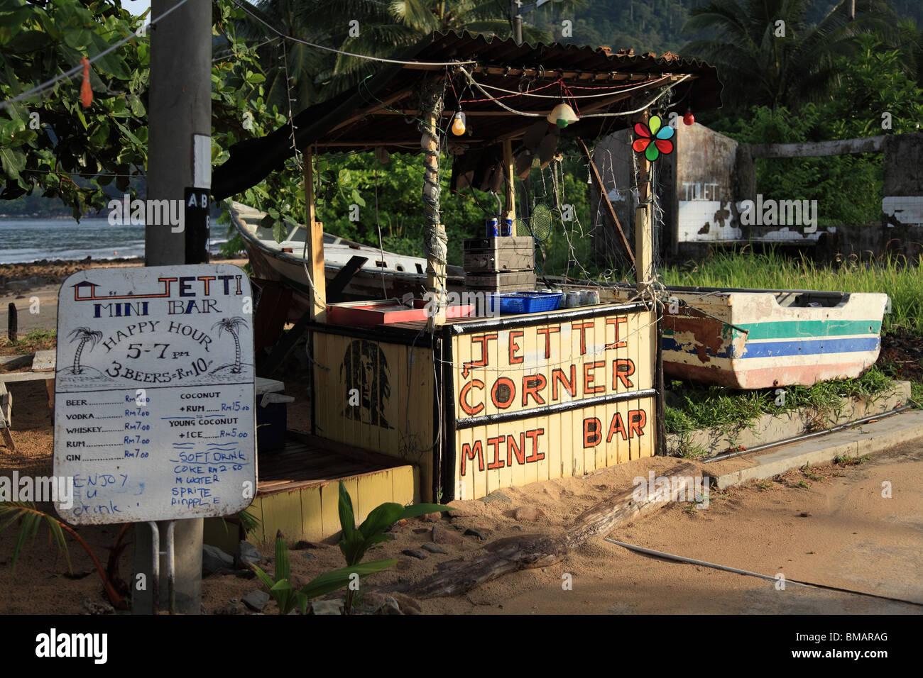 El bar de la playa por el embarcadero del ayer Batang playa, Pulau Tioman, Malasia Foto de stock