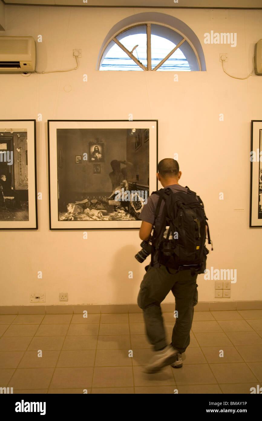Exposición de fotografía artística fotógrafos mirando fotos Chobi Mela ; ; Dhaka Bangladesh Nov 2006 Foto de stock