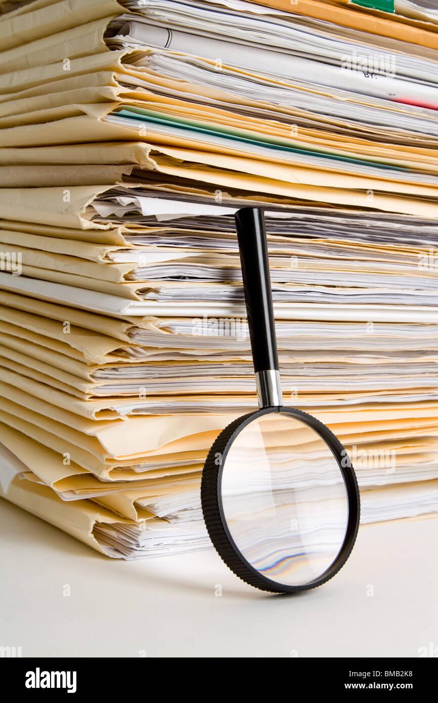 Pila de archivos y Lupa Imagen De Stock