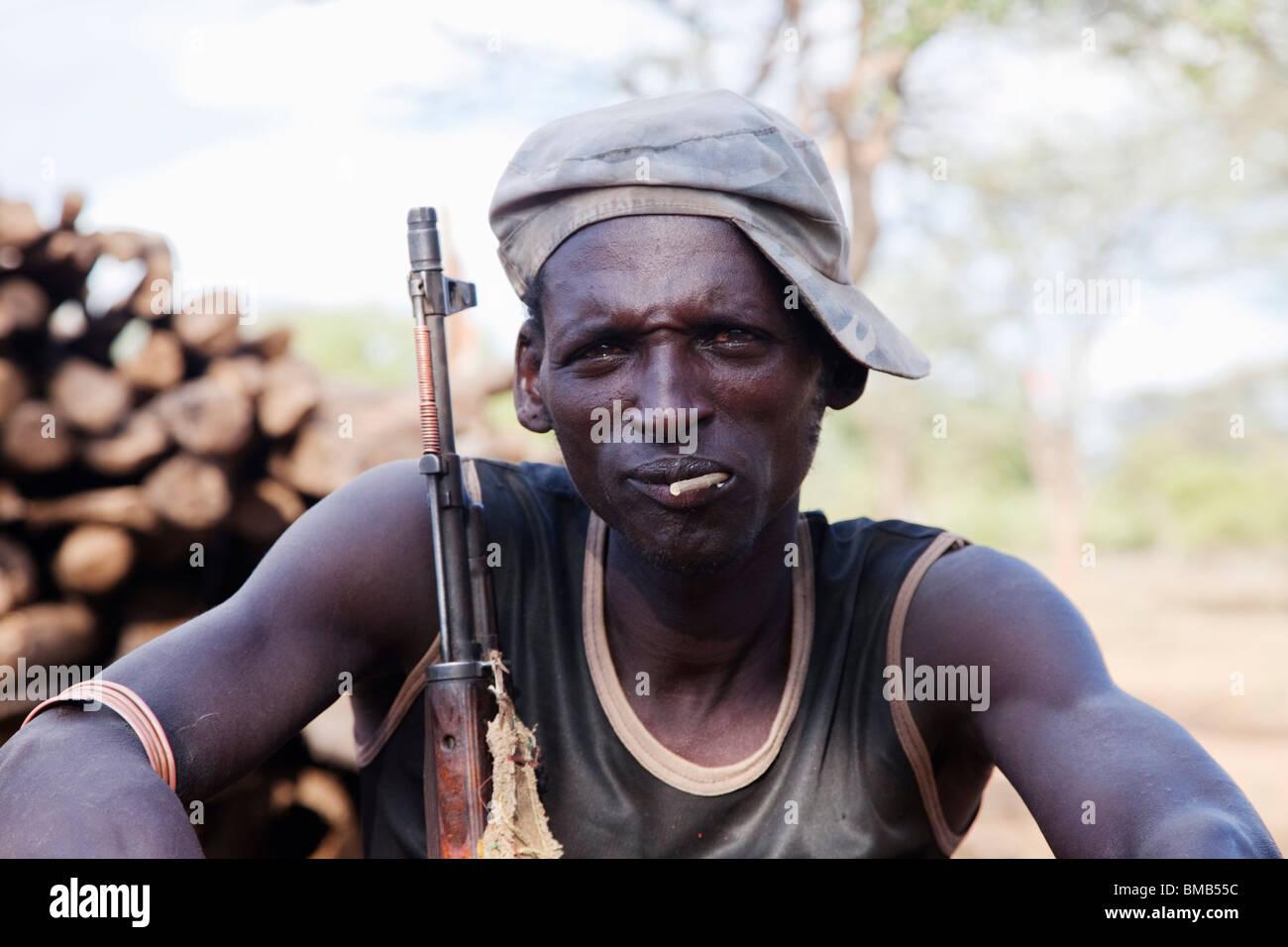 Tsemai tribales del sur de Etiopía con una pistola Imagen De Stock