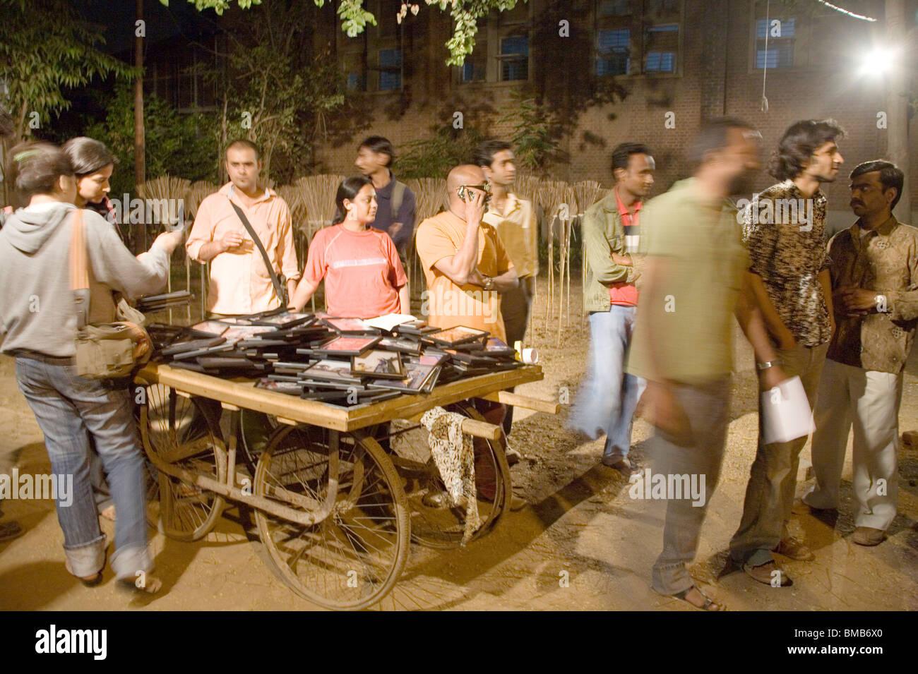 Enmarcada la fotografía artística para la venta; instalación en la Facultad de Bellas Artes de Baroda ; ; ; Gujarat India Foto de stock