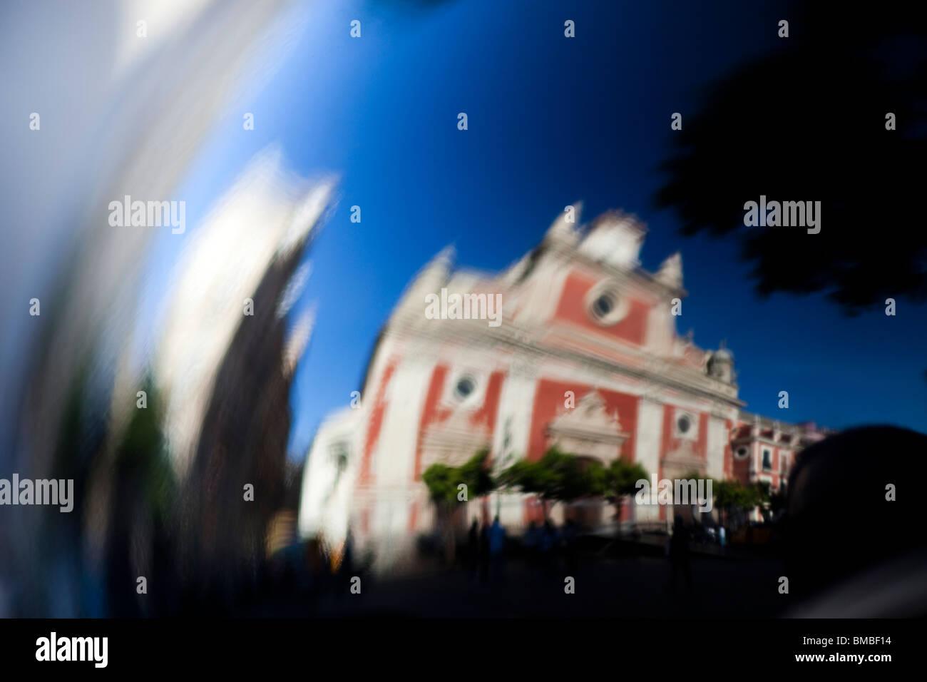 Iglesia de El Salvador refleja en un casco de seguridad, Sevilla, España Imagen De Stock