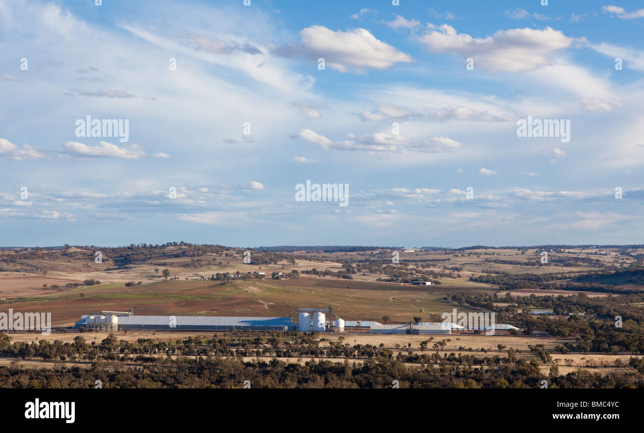Silos de grano en una granja de Australia Occidental, cerca de York, en el valle de Avon. Imagen De Stock