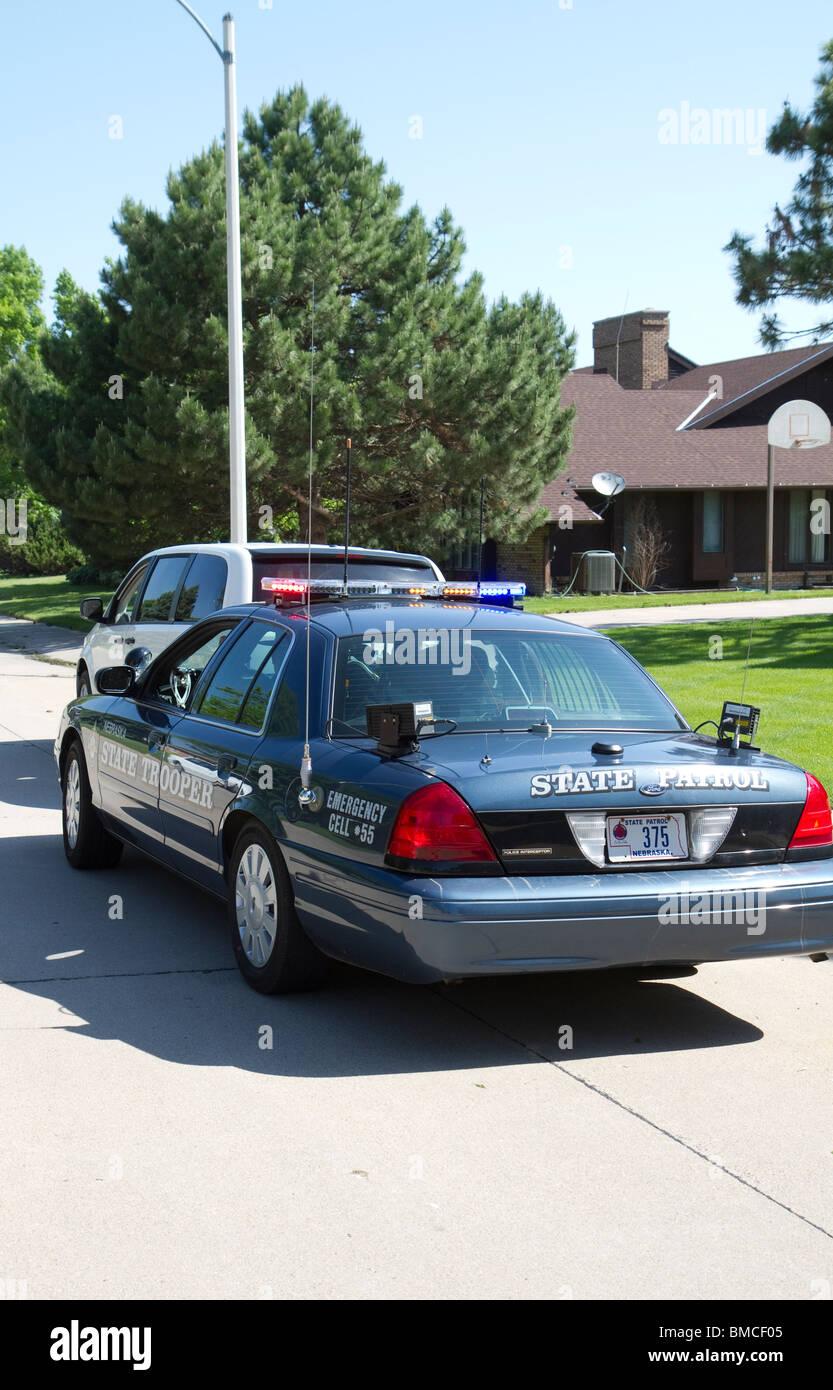 Se detiene el tráfico, usando un lector de matrículas, LPR los Troopers puede obtener información Imagen De Stock