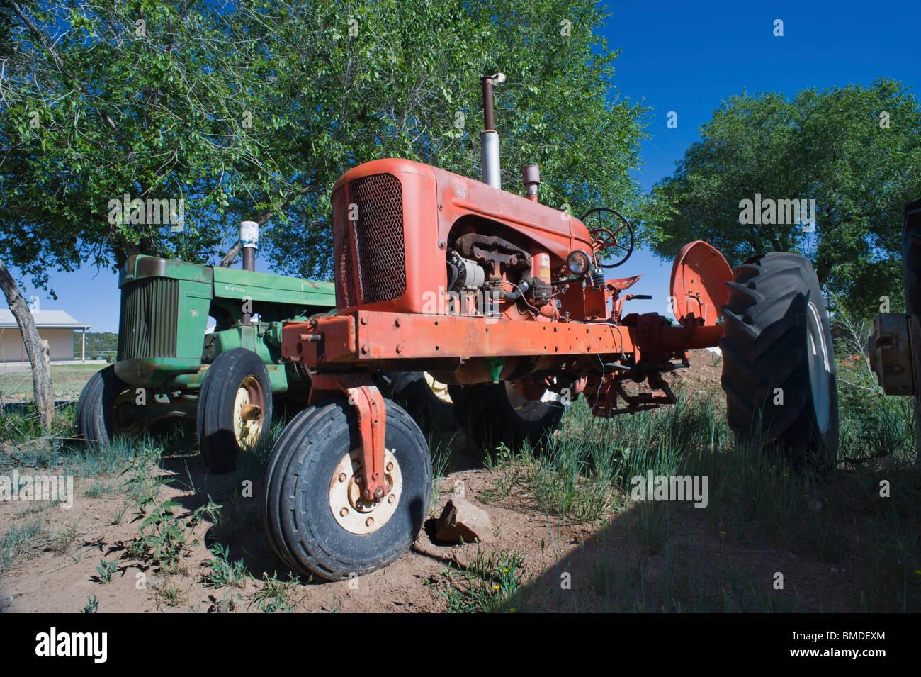 Dos viejos tractores agrícolas son sólo parte de una enorme colección de granjas y ranchos implementa en la pantalla Foto de stock