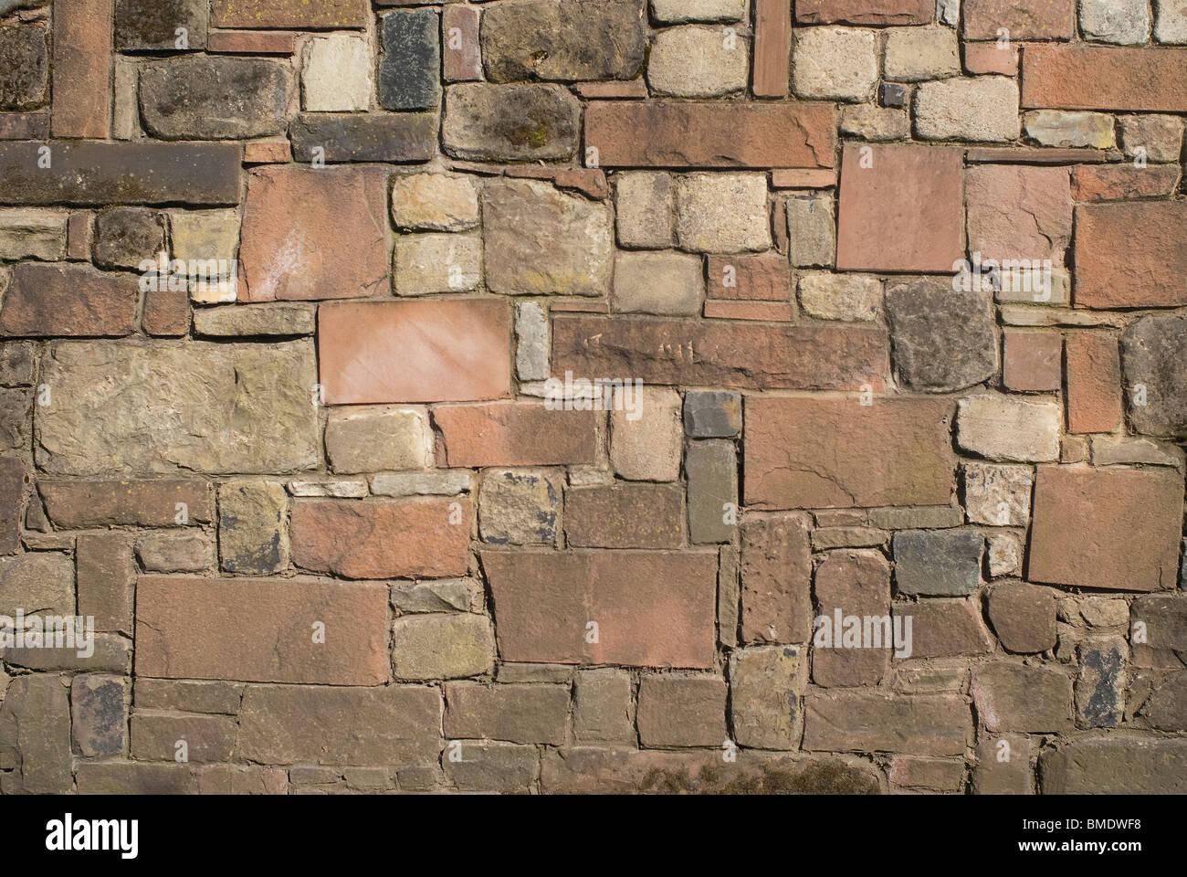 Una sólida pared de piedra caliza y arenisca de granito. Imagen De Stock