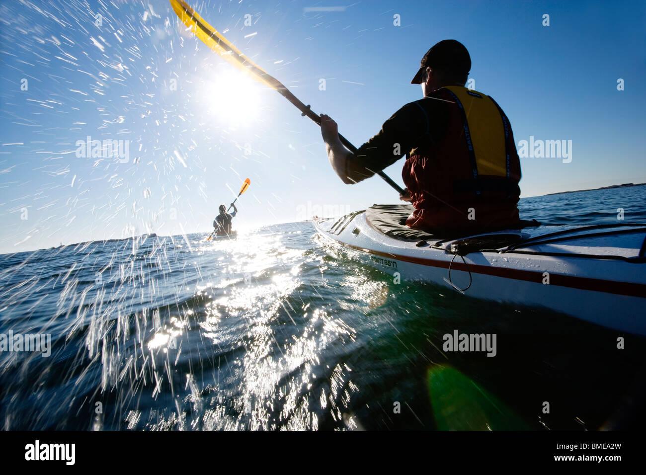 La gente kayak, Suecia. Imagen De Stock