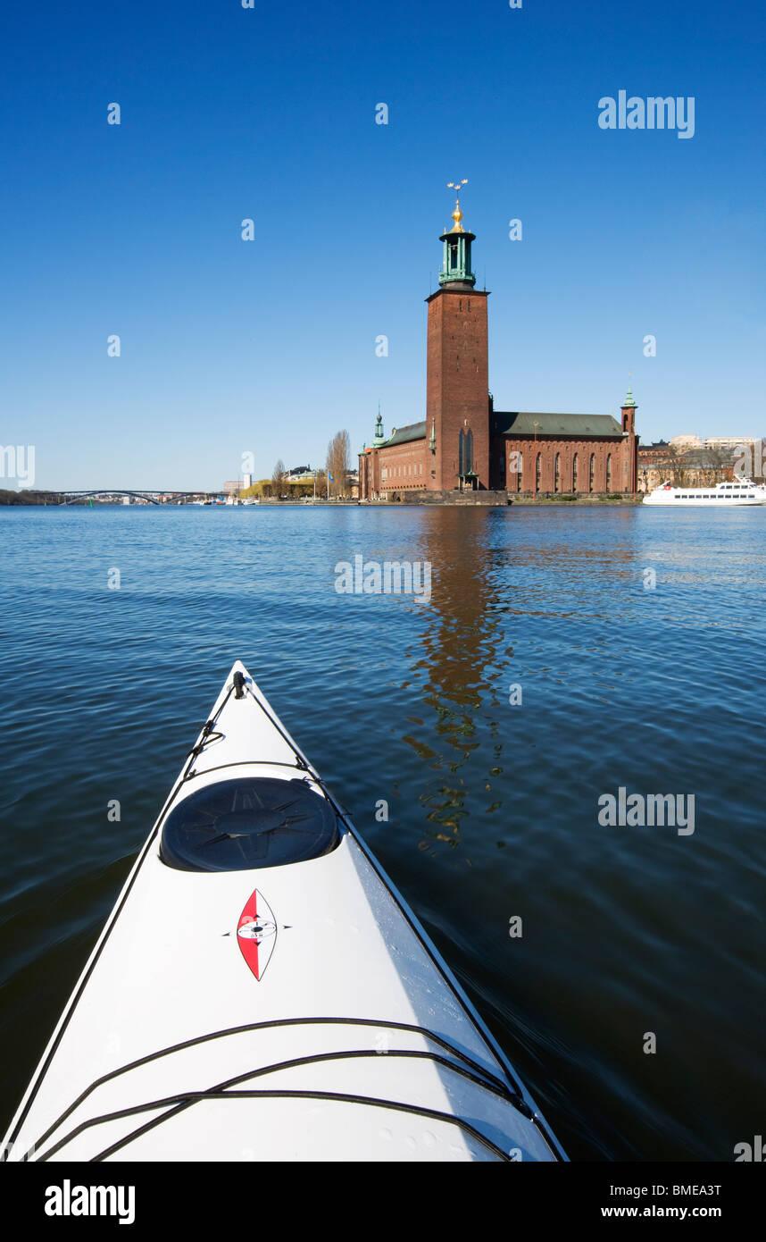 Kayak en frente del Ayuntamiento, Estocolmo, Suecia. Foto de stock