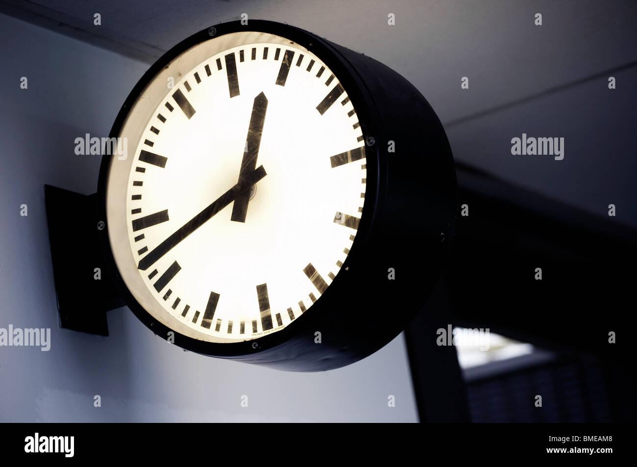 Cerca del reloj en la estación de tren Imagen De Stock