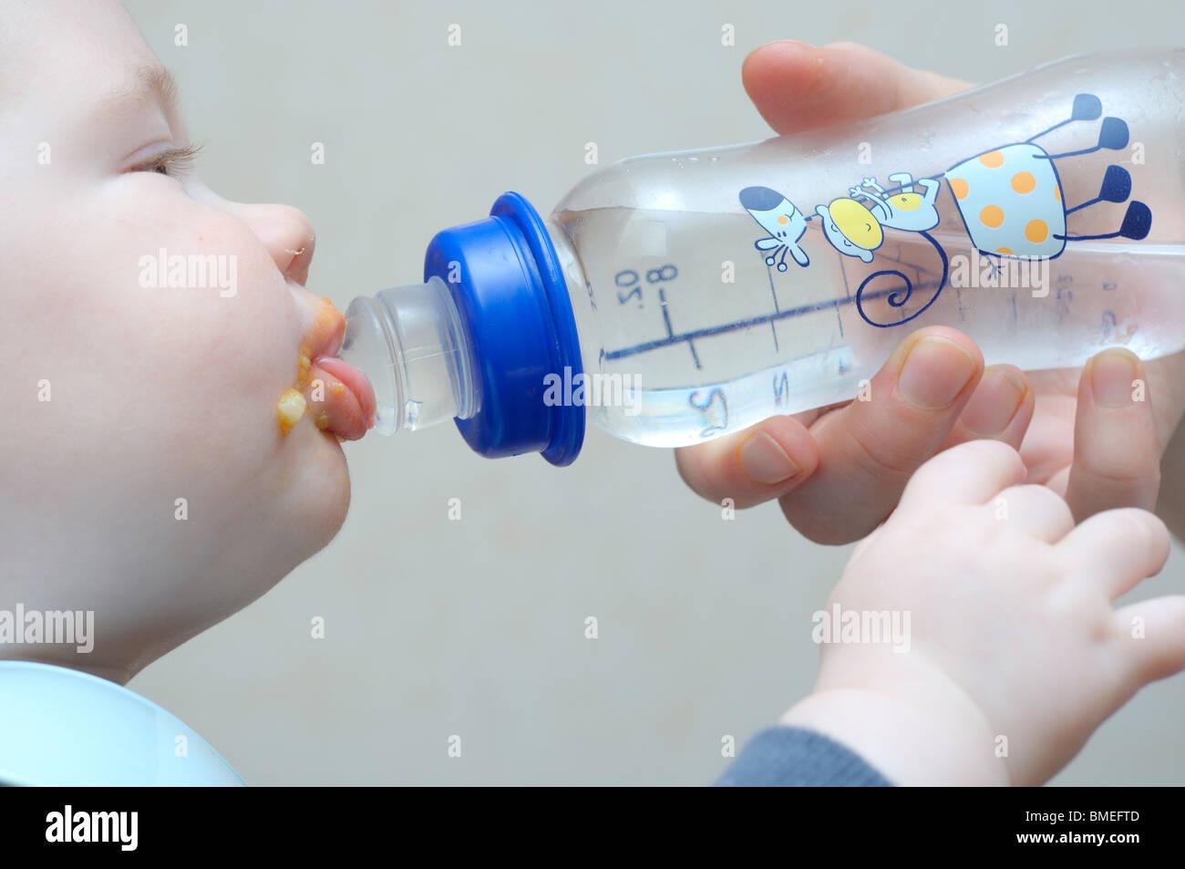 Escandinavia, Suecia, Vastergotland, madre alimentando Baby Boy, close-up Foto de stock