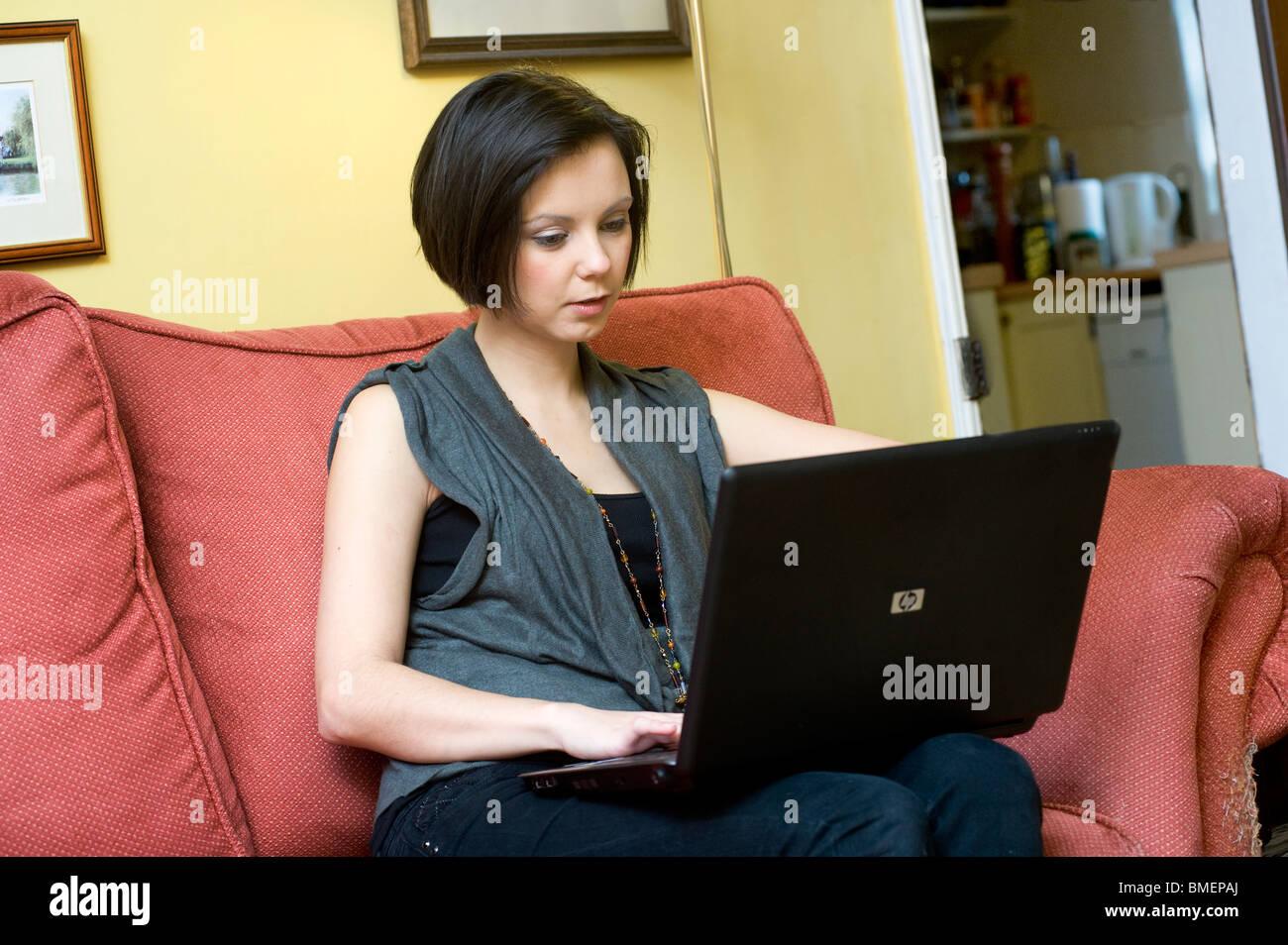 23f1900b410 Mujer joven con un ordenador portátil a una red inalámbrica para navegar  por internet en el