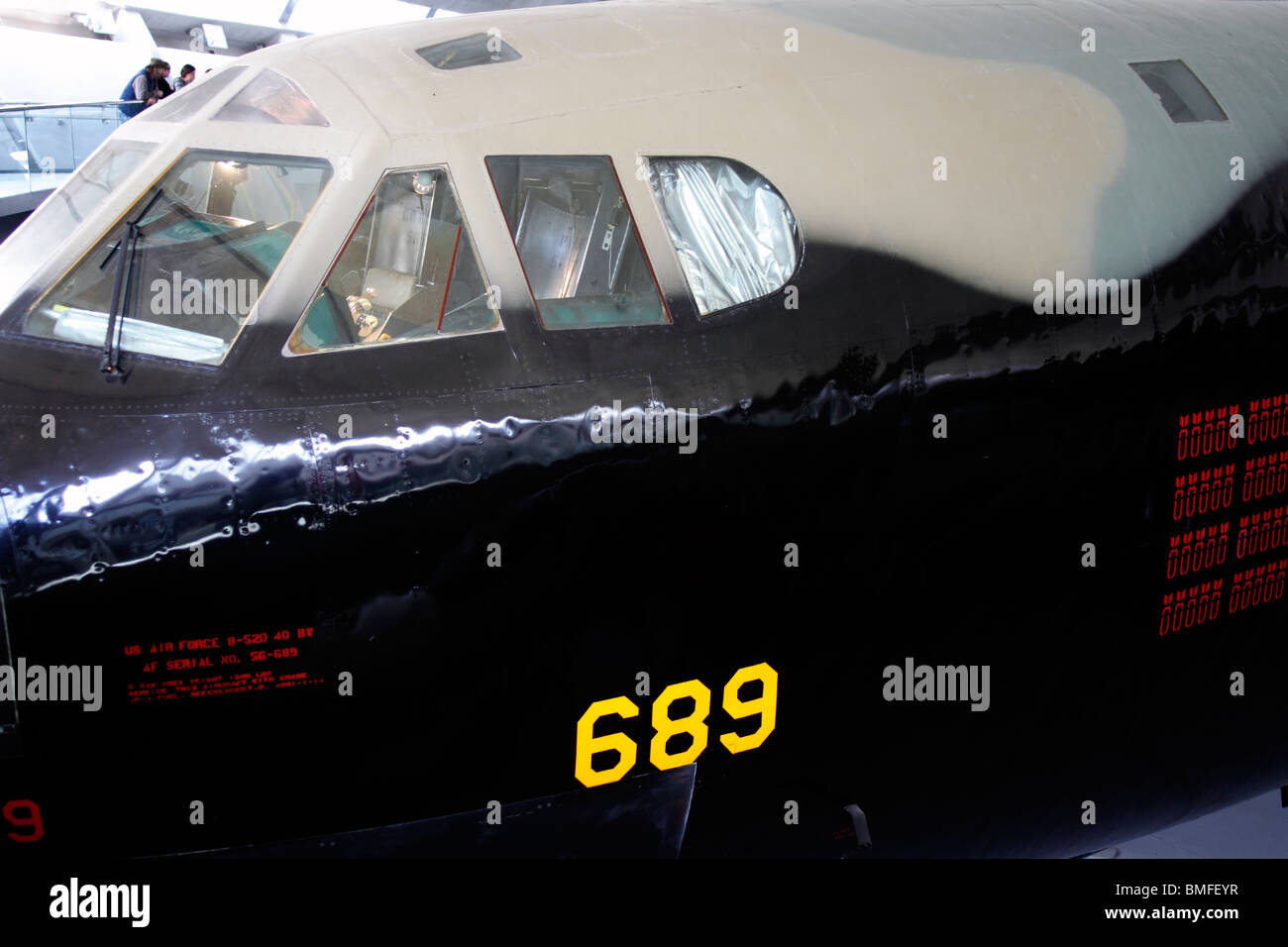 Cabina del Boeing B-52D Stratofortress Duxford Aero - parte del museo El Museo Imperial de la guerra. El Boeing B-52 Stratofortress Foto de stock