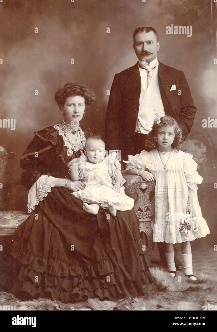 Fotografía del gabinete de Edwardian grupo familiar circa 1905 Imagen De Stock