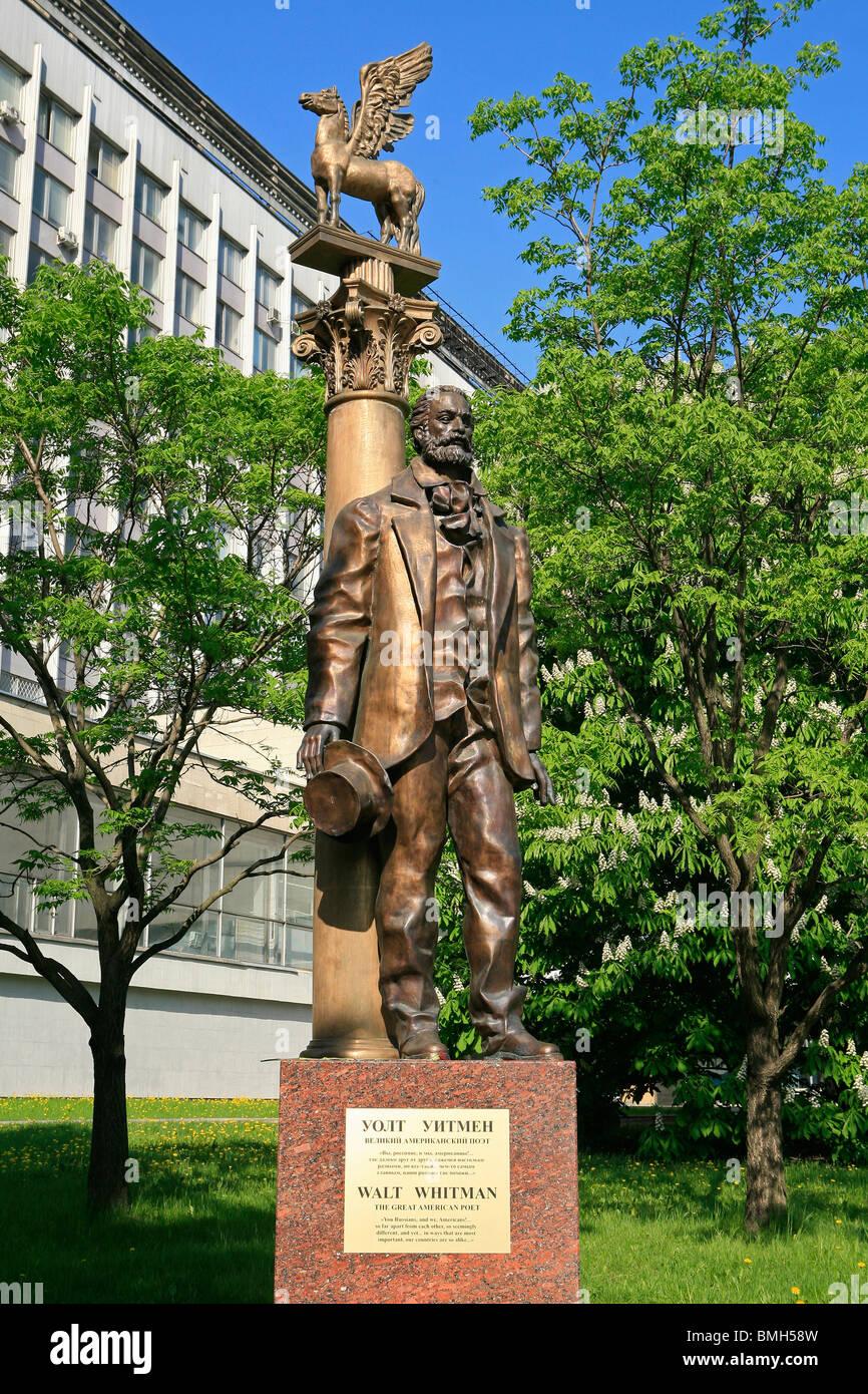 Monumento al poeta norteamericano, ensayista, periodista y humanista Walter Whitman (1819-1892) fuera de la Universidad Estatal de Moscú Lomonosov Foto de stock