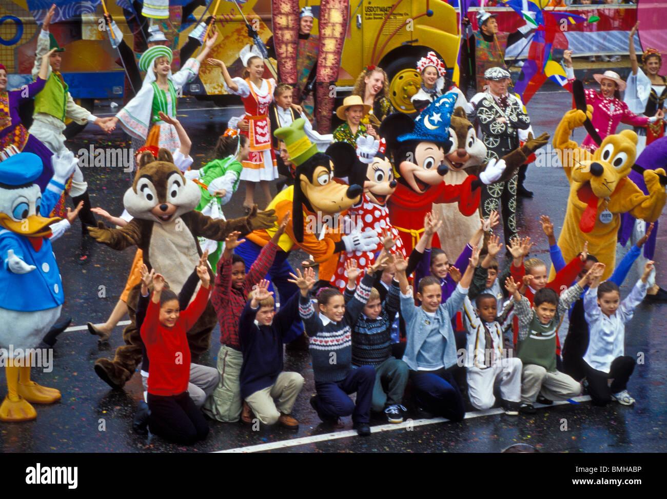 Thanksgiving Day Parade, Phila. PA con Santa y la Sra. Claus, carácter globos bandas y carrozas Foto de stock