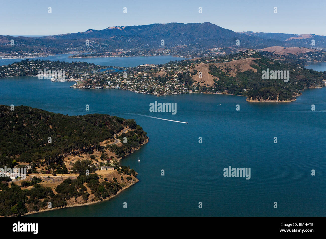 Vista aérea sobre Raccoon rectas San Francisco Bay Tiburon Angel Island Monte Tamalpais Marin County California Imagen De Stock