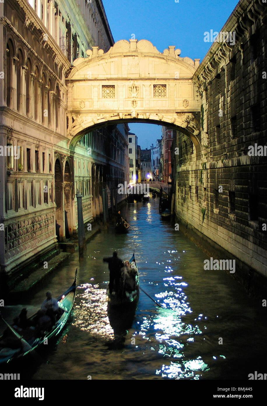 Gondola pasando bajo el Puente de los Suspiros, Venecia de noche Imagen De Stock