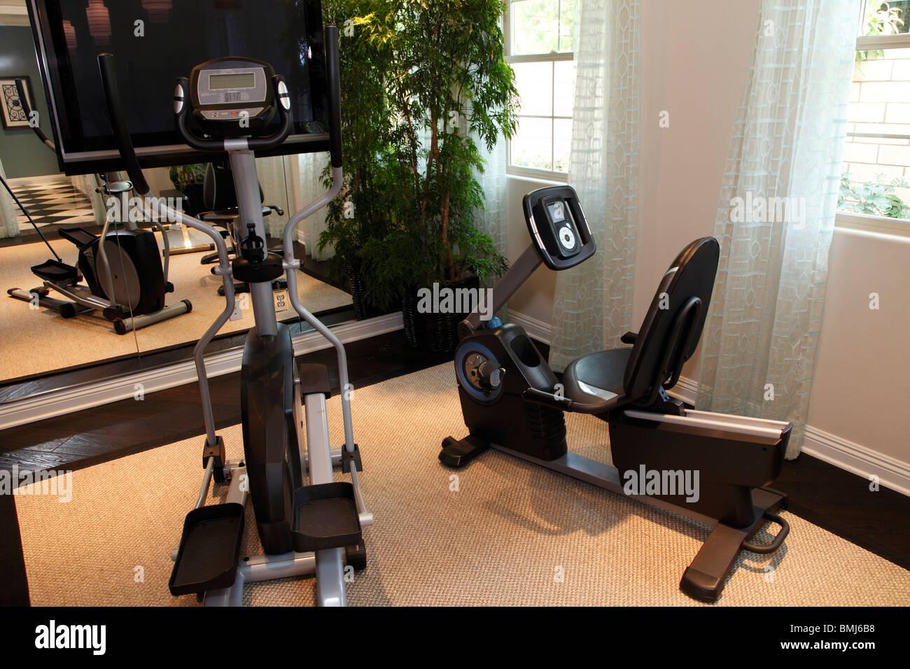 Casa de lujo gimnasio con moderno equipamiento de ejercicio. Imagen De Stock