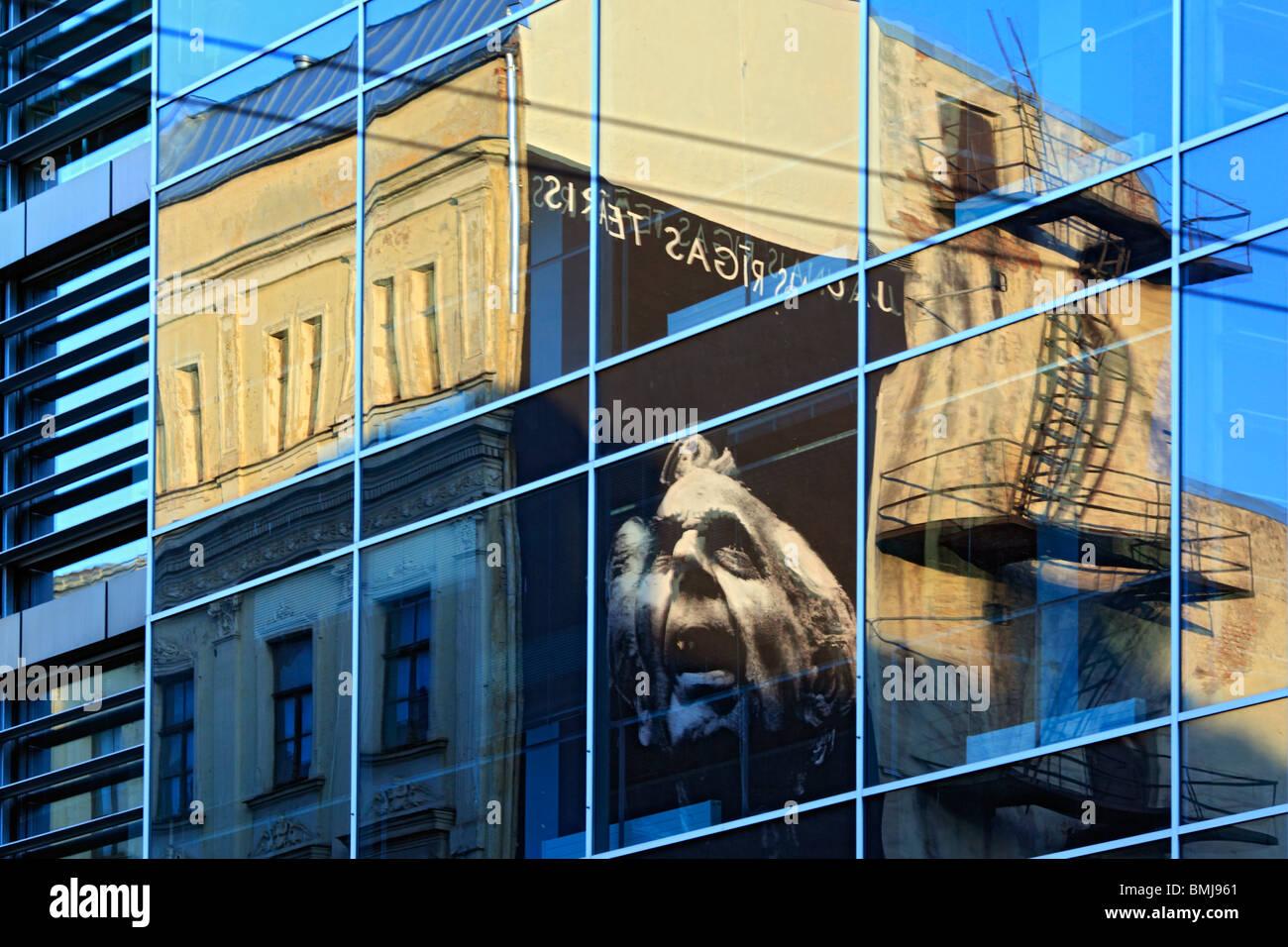 Reflejo en la ventana de cristal de Riga, Letonia. Imagen De Stock