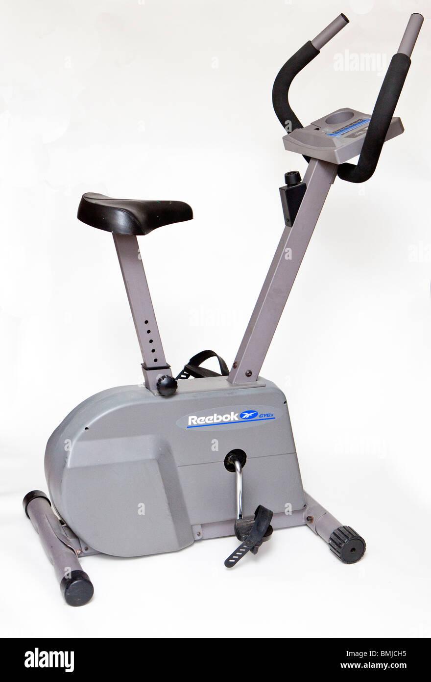 Bicicleta estática, inmóvil, bicicleta, equipo de ejercicio, gimnasio, bicicletas, corte, blanco Imagen De Stock
