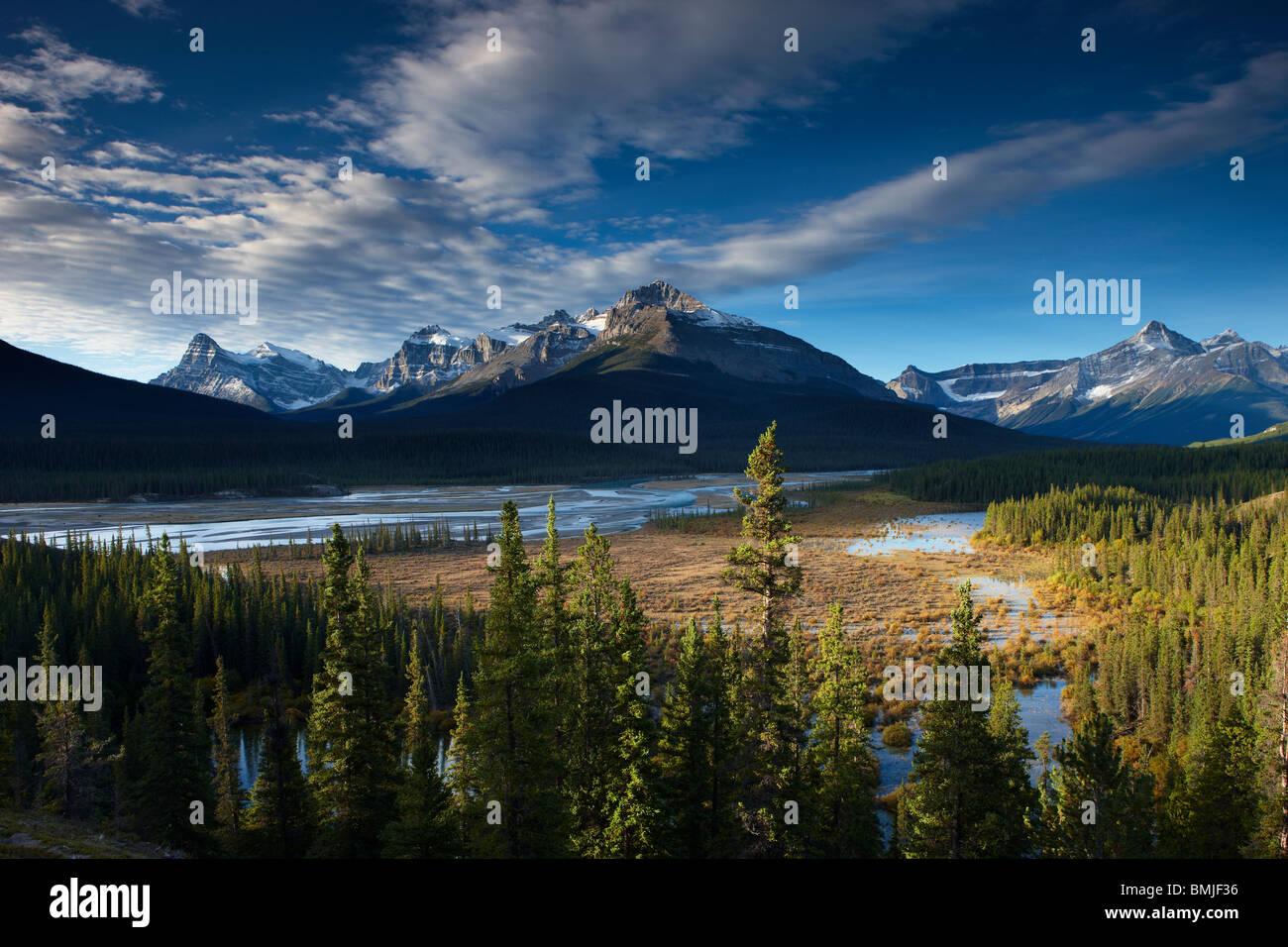 El río y las montañas Waputik Howse, Saskatchewan Crossing, Parque Nacional de Banff, Alberta, Canadá Imagen De Stock