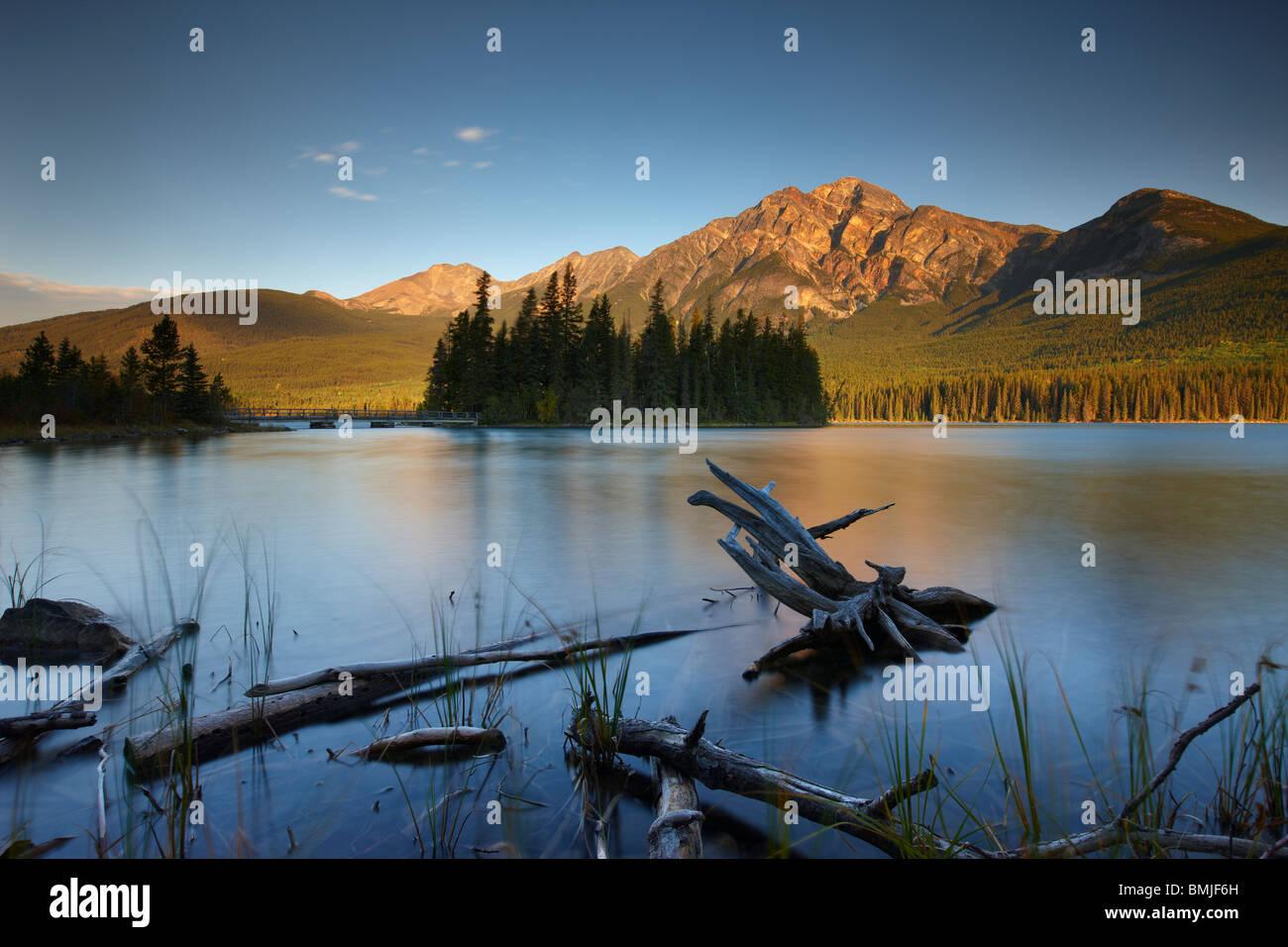 Pyramid Lake y la montaña al amanecer, el Parque Nacional de Jasper, Alberta, Canadá Imagen De Stock