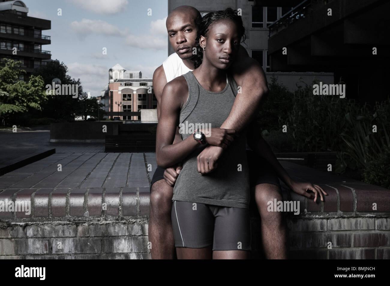 Hombre y mujer en ropa deportiva al aire libre en el city break Imagen De Stock