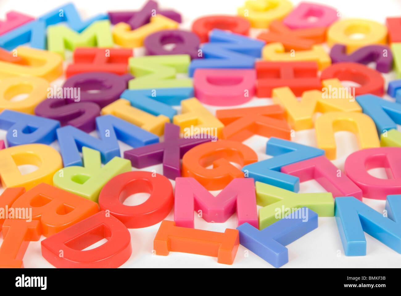 Juguetes para niños de colores brillantes letras del alfabeto ...